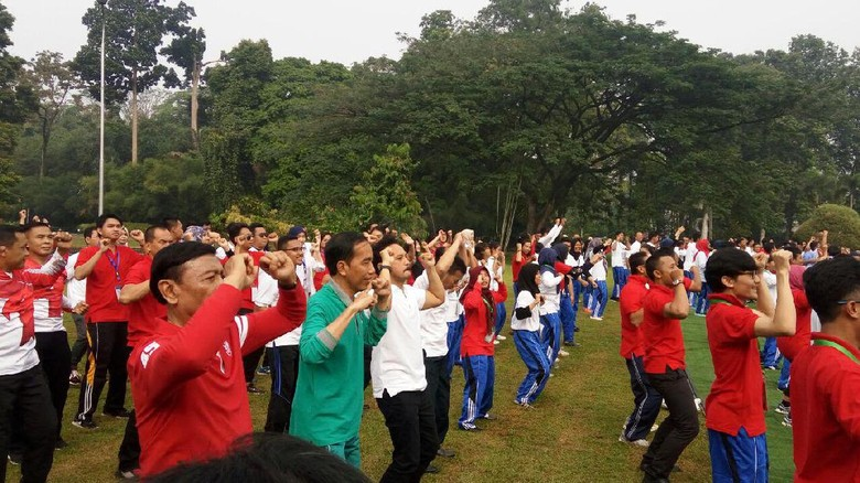 Foto: Keseruan Jokowi Goyang Maumere di Istana Bogor