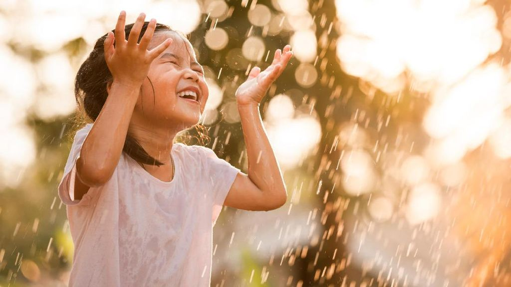 Hujan-hujanan Bisa Bikin Anak Pilek, Masa Sih?