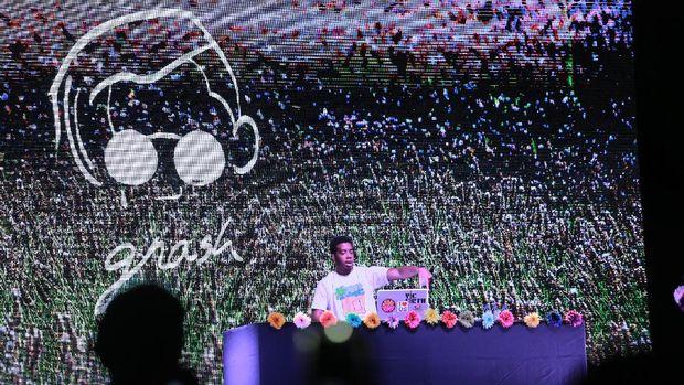Aksi seorang DJ menjadi pembuka Gnash di We The Fest 2017.