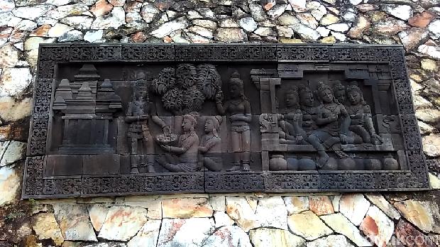 Relief pada dinding vihara