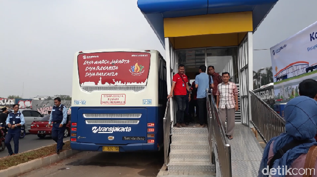 Antrean warga di halte bus TransJakarta