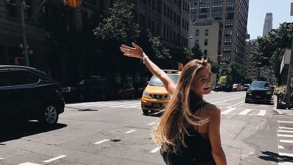 Foto Si Cantik Sjana, Instruktur Yoga yang Menginspirasi