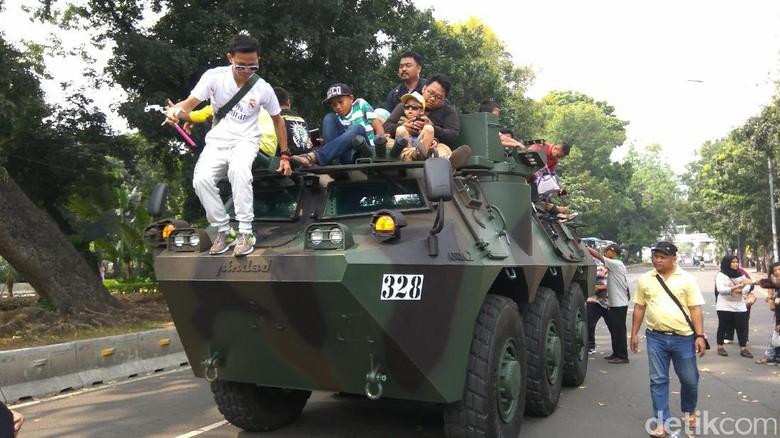 Anoa dan Komodo Jadi Sasaran Selfie di Pameran Alutsista Kemenhan