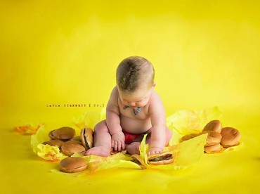 Liam serius banget sih mandangin cheeseburgernya. Penasaran ya? (Foto: Facebook/ Laura Stennett Photography)