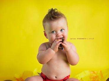 Biar tangan kotor sedikit, Liam enjoy banget sama cheeseburger-nya. (Foto: Facebook/ Laura Stennett Photography)