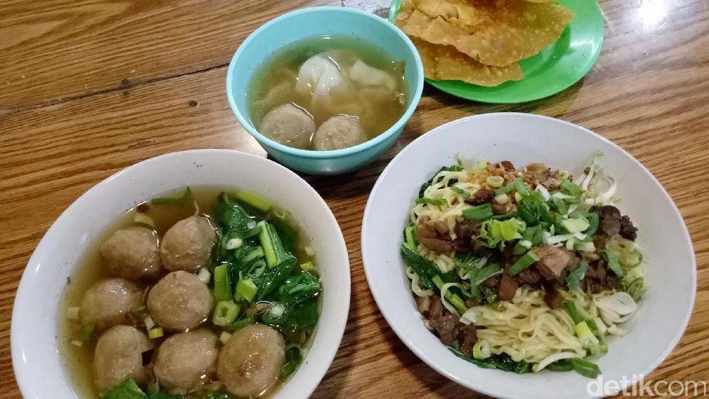 Bakmi Ayam Usro: Tipis Lembut, Mie Ayam Bakso dengan Paduan Pangsit Goreng Renyah!