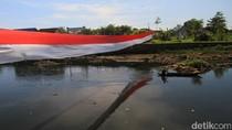 Warga Bentangkan Bendera Merah-Putih 50 Meter di Sungai Citarum