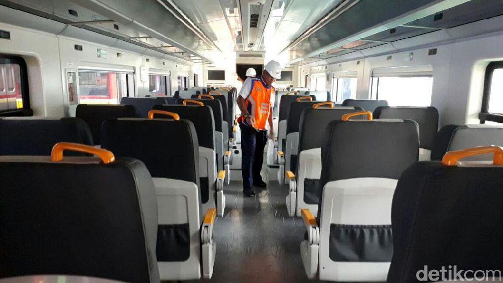 Melihat Rangkaian Kereta Bandara Soetta di Manggarai