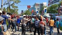 Sopir Angkot dan Tukang Becak di Cirebon Sweeping Taksi Online