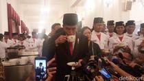 Gaya Jokowi Seruput Kopi Bali