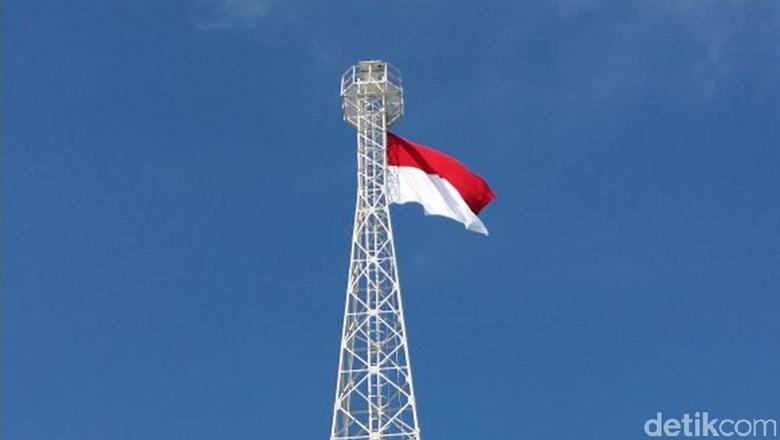 Bendera Merah Putih Raksasa Berkibar - Lamongan Bendera merah putih berukuran raksasa untuk memperingati HUT RI berkibar di tersebut dikibarkan di tower yang ada