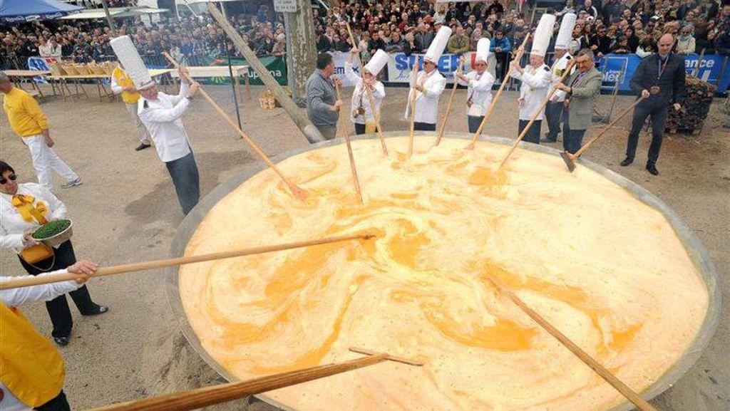 Omelette Raksasa dari 10.000 Butir Telur Sukses Dibuat di Festival Ini