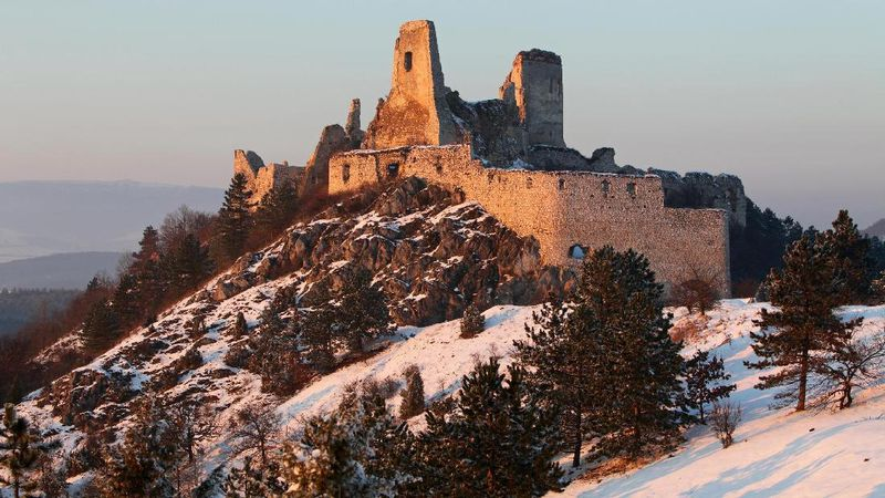 Kastil Cachtice berada di Slovakia adalah kastil horor di Eropa. Elizabeth Bathory, bangsawan wanita dari kerajaan Hungaria yang pernah menetap di sana pada akhir abad ke-15 sampai awal abad ke-16 (Thinkstock)