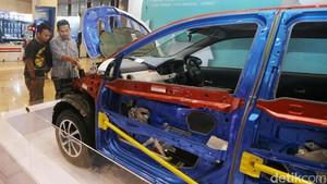 Foto : Pengunjung GIIAS Terpesona dengan Daihatsu Sigra yang Dikuliti