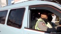 Angkot Mogok Massal, Polisi Jadi Sopir Dadakan di Cirebon