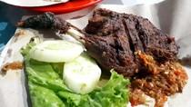 Cak Kohar Lamongan: Pedas Menggigit Begor Sambal Mangga, Seporsi Rp 18.000 Saja!
