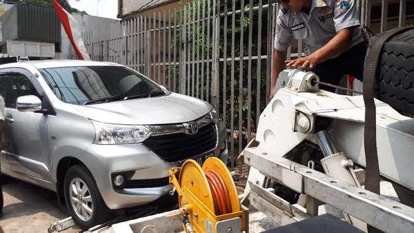7 Mobil dan Dagangan PKL di Johar Baru Ditertibkan