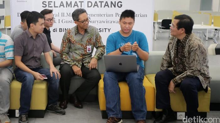 Mahasiswa Binus memaparkan aplikasi yang dibuat para mahasiswa kepada Dirjen ILMATE Kemenperin I Gusti Putu Suryawirawan dan Rektor Universitas Binus, Harjanto Prabowo di Kampus Binus Alam Sutera, Tangerang, Rabu (16/8/2017).