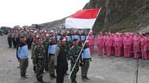 Saat Bendera Merah Putih Berkibar di Puncak Gunung Kelud