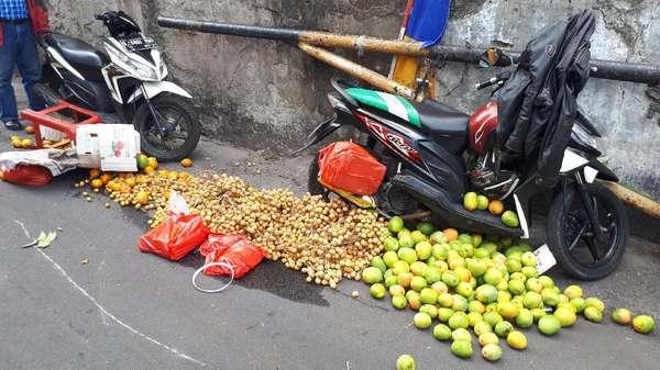 Penjual Buah dan Marketing Motor di Trotoar Tanah Abang Ditertibkan