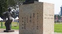 Aksara Asing di Patung RA Kartini, Apa Artinya?
