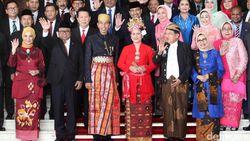 Makna Positif di Balik Aksi Jokowi-JK Bertukar Pakaian Adat