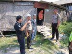 Polisi Bedah Rumah Nenek yang Sakit Lumpuh di Cilincing