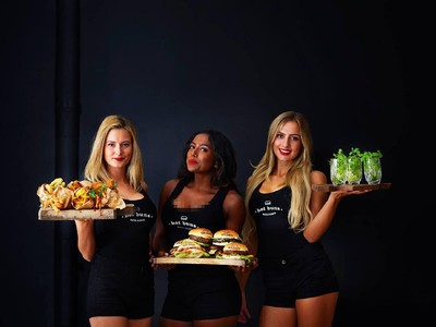 Foto: Pelayan Burger yang Seksi-seksi
