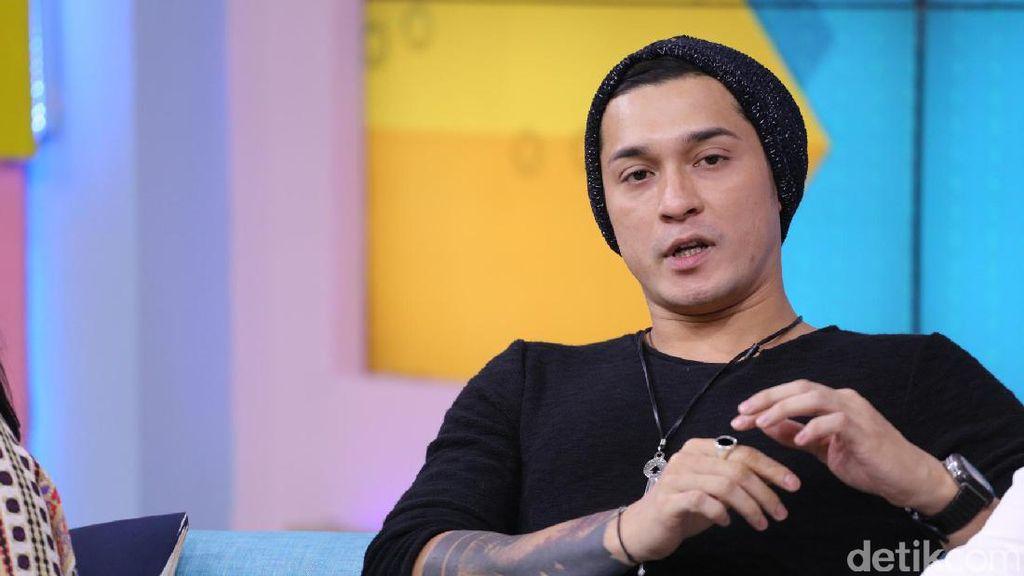 Miller Khan Berburu Adidas NMD Putih dari Malaysia sampai Singapura