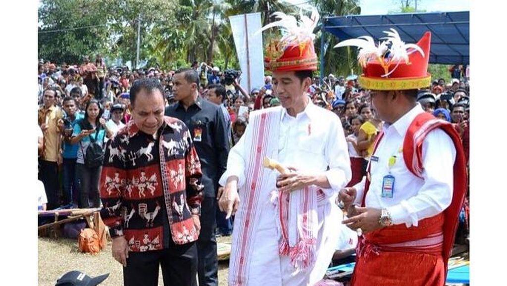 Foto: 10 Gaya Presiden Jokowi Pakai Baju Daerah, Indonesia Banget!