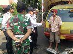 Parkir di Trotoar dan Tutupi Pos Damkar, Angkot Ini Diderek