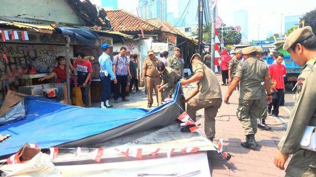 Trotoar di Jalan KH Mas Mansyur, Jakarta Pusat ditertibkan.
