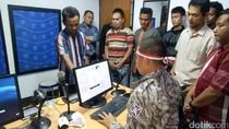 Peringati HUT RI, Anggota Polantas Brebes Kenakan Kostum Jadul