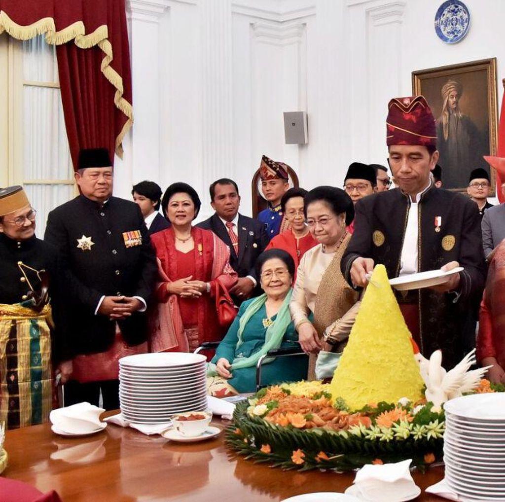Disaksikan Megawati dan SBY, Jokowi Potong Tumpeng untuk Veteran RI