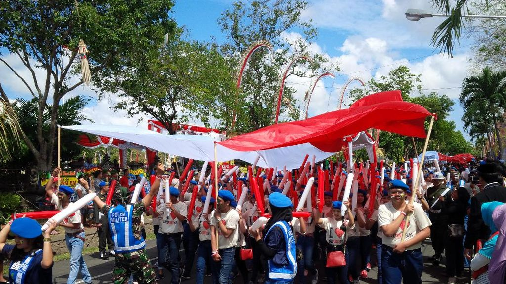HUT ke-72 RI, Bendera Merah Putih Sepanjang 7 Km Diarak