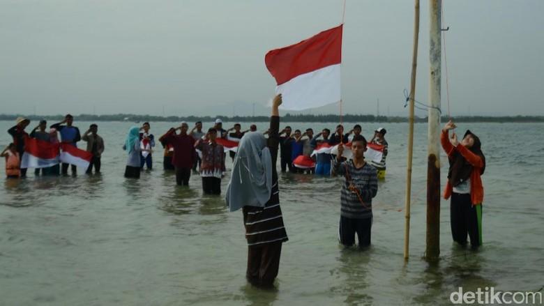 Puluhan Pemuda di Rembang Gelar Upacara Bendera di Laut
