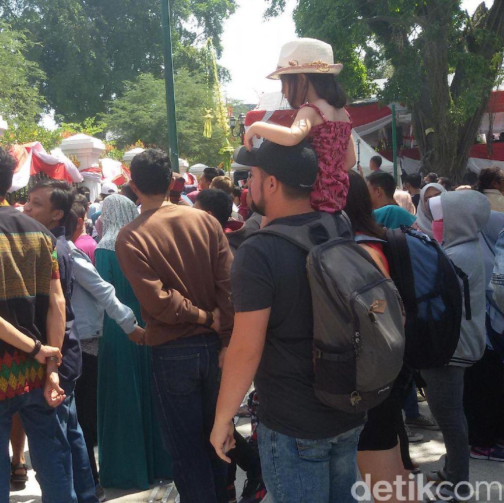 Turis Asing Serius Saksikan Upacara HUT RI di Gedung Agung Yogya