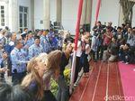 Seru! Bule-bule Ini Ikut Lomba Makan Kerupuk di Semarang