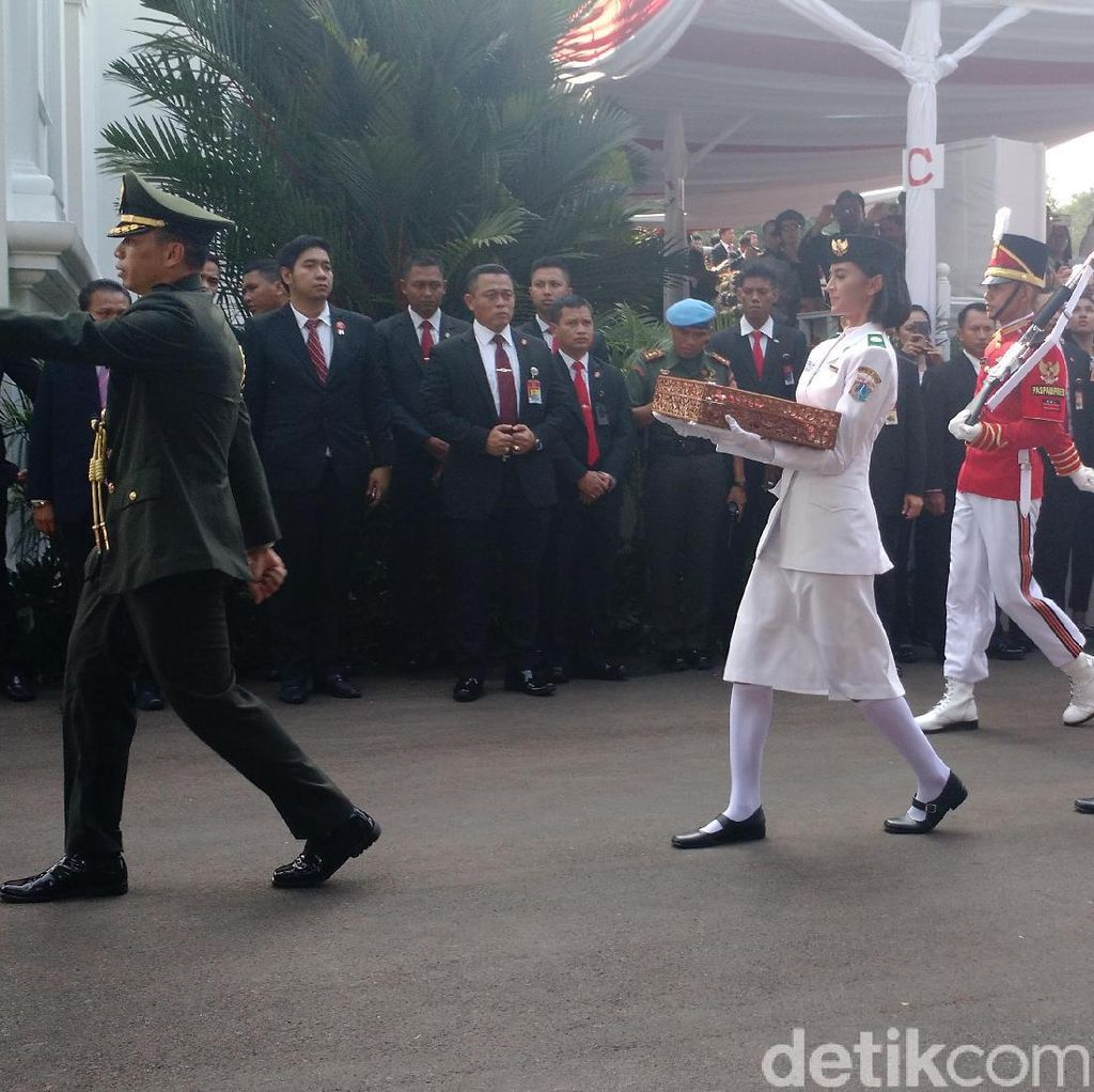 Tiba di Istana, 2 Paskibraka Bawa Bendera dan Naskah Proklamasi