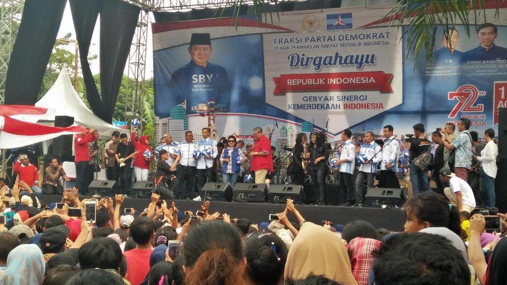 Hibur Warga Cikeas, SBY Nyanyi Rumah Kita