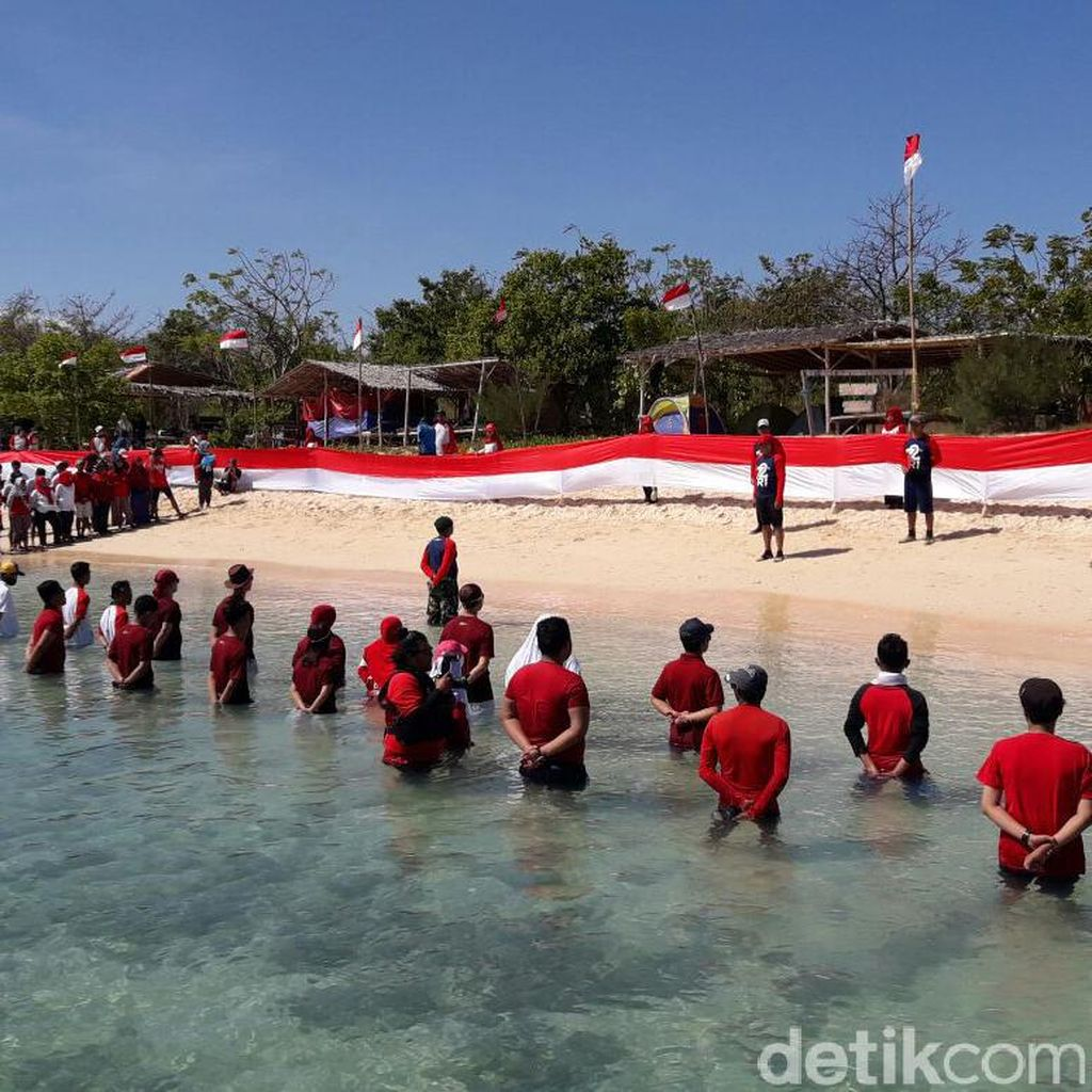 Warga Banyuwangi Gelar Upacara HUT RI di Pulau Tak Berpenghuni