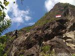 20 Tahun  Kibarkan Bendera Raksasa di Tebing Tertinggi Jatim