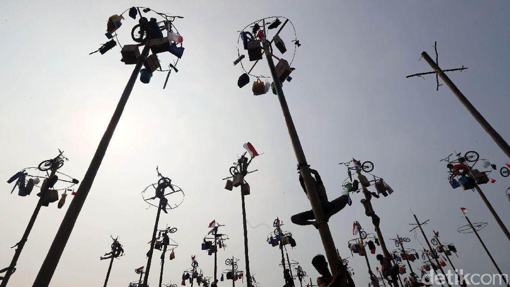 Foto : Lomba Panjat Pinang Simbol Kemeriahan HUT RI