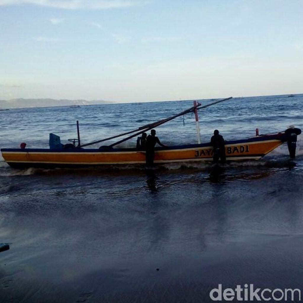 Perahu Tim Evakuasi Cek Bangkai Paus di Trenggalek Hanya Terhempas