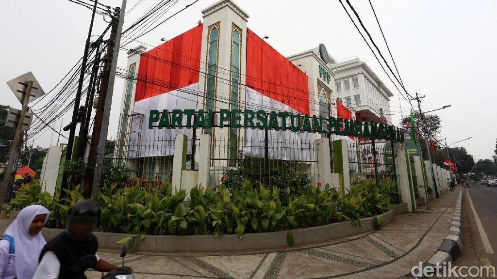 HUT RI, Kantor DPP PPP Dihiasi Bendera Merah Putih Raksasa