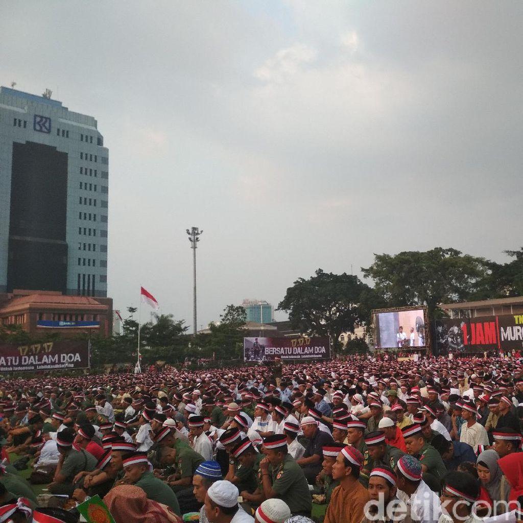Saat Warga dan TNI Kompak Berdoa untuk Indonesia di Alun-alun Bandung