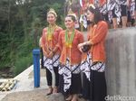 Berbaju Tradisional Jawa, WN Jepang Ikut Upacara di Sungai Sleman
