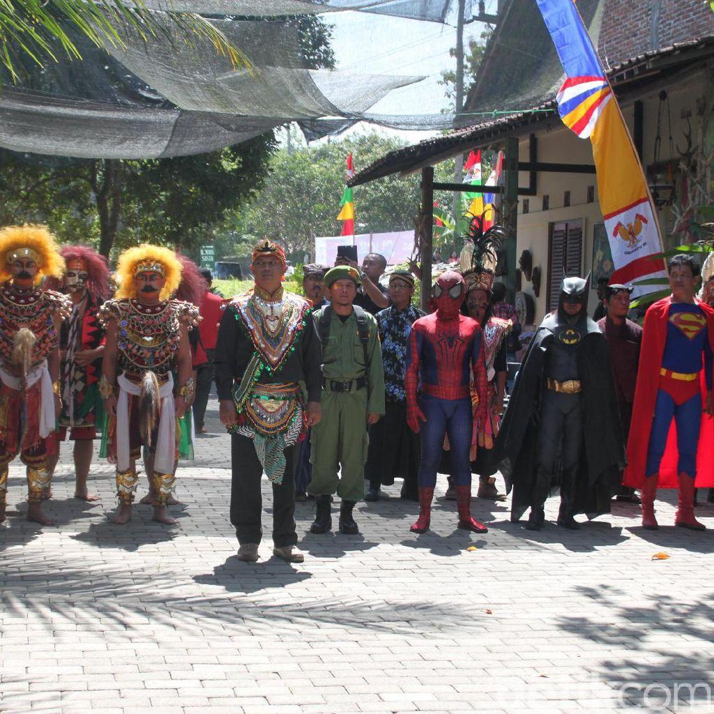 Di Borobudur, Seniman Ajak Batman dan Superman Upacara Bendera