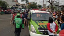 Tertabrak Kereta di Kebayoran Lama, Pemotor Dibawa ke RS Fatmawati