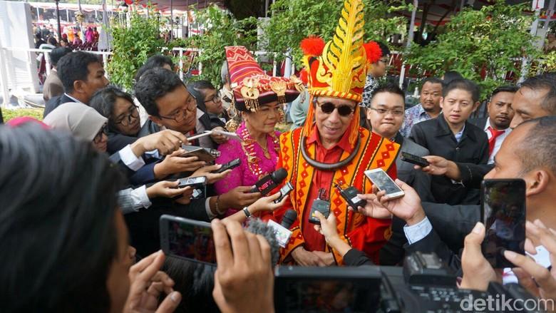 Jokowi Umumkan Busana Adat Terbaik Berhadiah Sepeda, Yasonna Juara